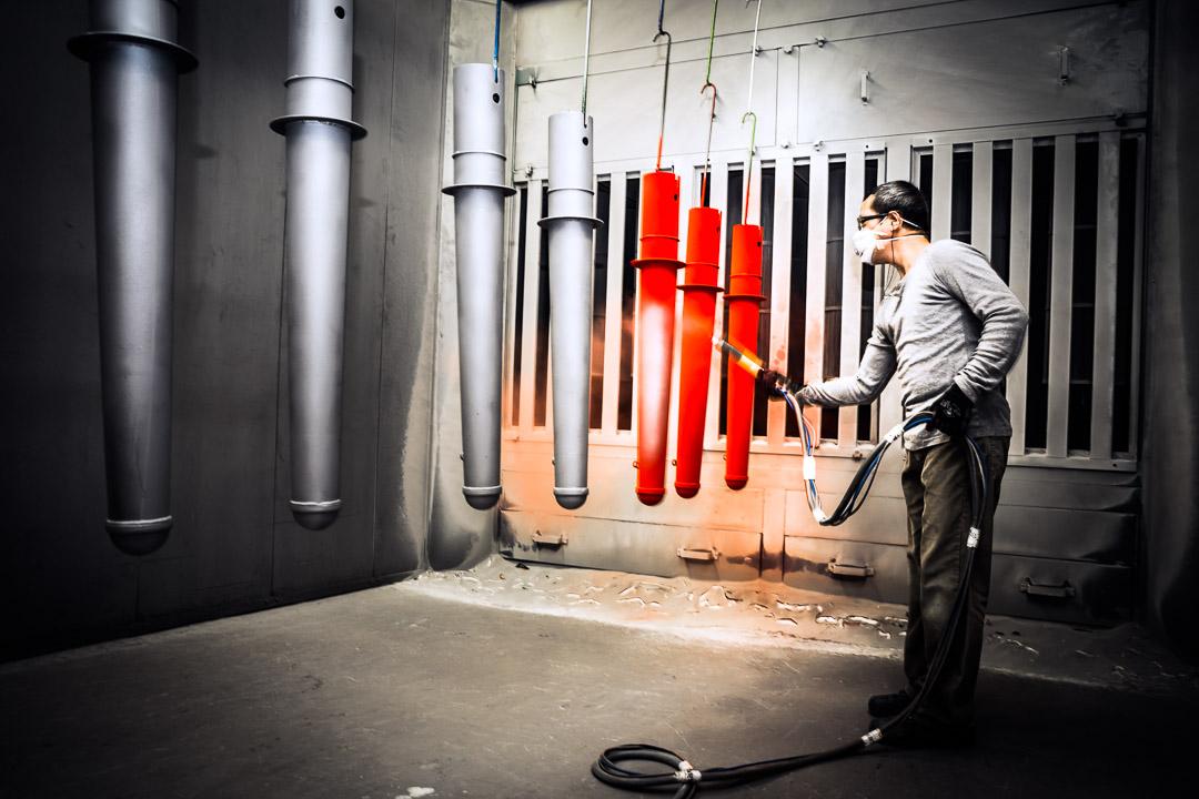 Poedercoater aan het werk Foto t.b.v. website